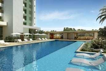 Perspectiva da piscina com deck molhado do Mansão Grazia.