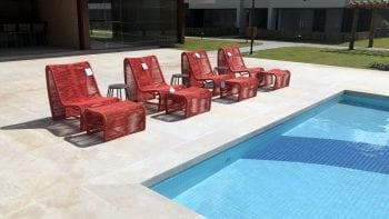 Foto das cadeiras da piscina