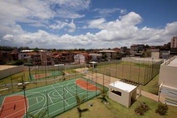 Foto com vista aérea das quadras poliesportivas e campo sintético