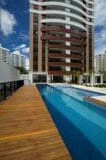 Foto da piscina do empreendimento.