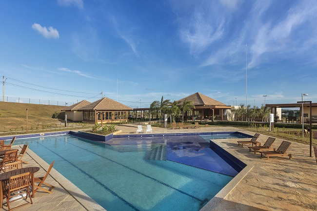 Foto real da piscina do clube do Alphaville Litoral Norte 3.