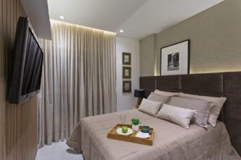 Foto da suíte do apartamento decorado.