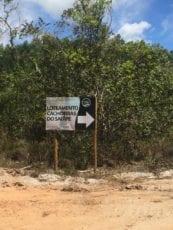 Placa indicando a direção para o Loteamento.