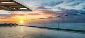 Perspectiva da piscina com vista mar panorâmica do NAU Barra Life Style.